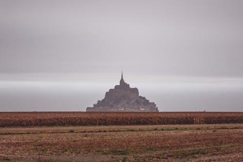 Silueta De Majestuoso Castillo Situado En Espacioso Valle