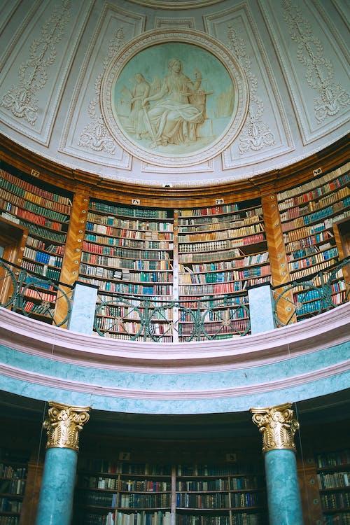 Bibliothek Im Alten Steinpalast Mit Verzierung An Der Wand