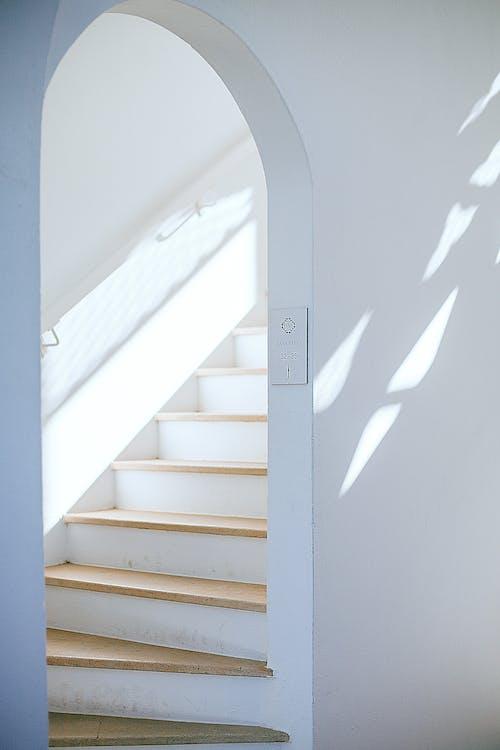 在陽光下的房子裡的現代樓梯