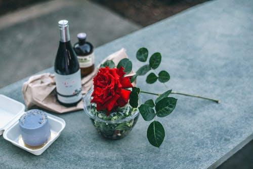 Zusammensetzung Der Roten Rose Auf Brüstung Nahe Champagnerflasche Gelegt
