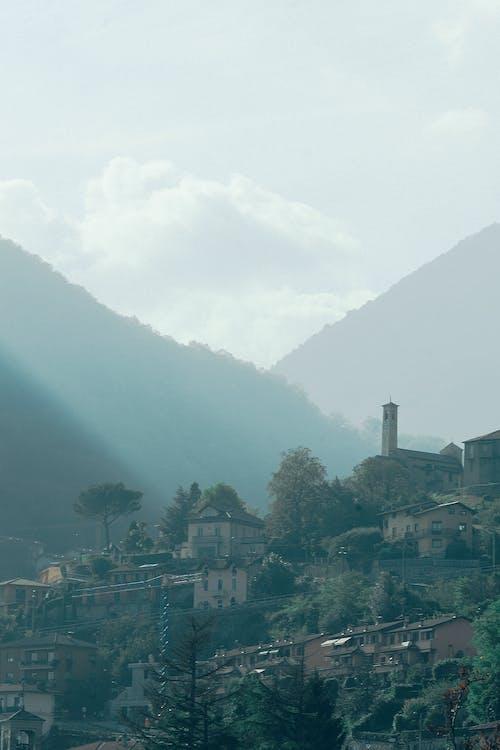 Piccolo Villaggio Su Un Lussureggiante Terreno Collinare