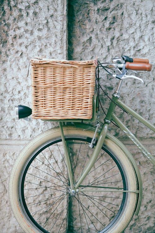 Sepeda Antik Dengan Keranjang Dekat Dinding
