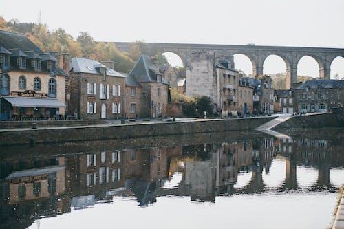Puente De Arco Medieval Sobre El Río En El Casco Antiguo En Un Día Soleado