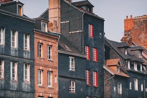 Fachadas De Edificios Históricos De Ladrillo Bajo Un Cielo Nublado En La Ciudad