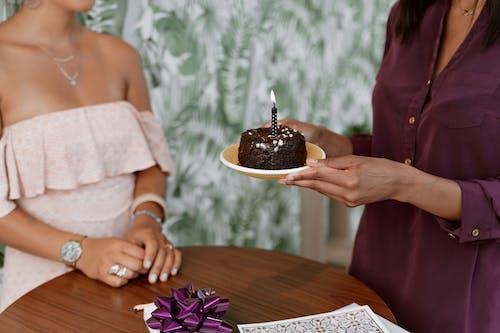 Femme En Robe De Dentelle Blanche Tenant Un Gâteau Au Chocolat