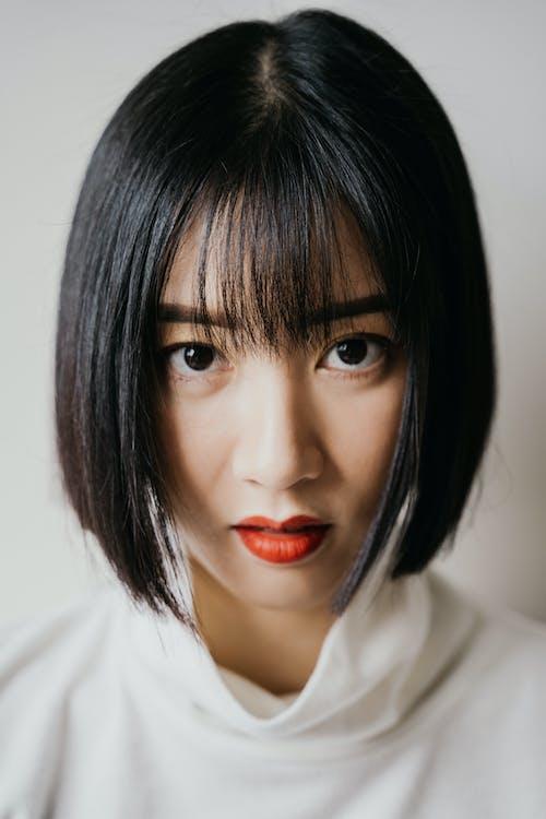 紅色唇膏的白襯衫的女人