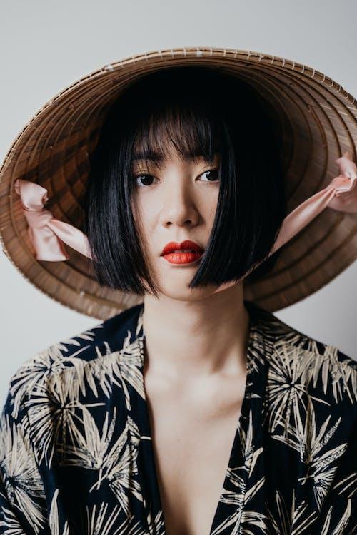 Foto d'estoc gratuïta de asiàtica, barret d'arròs, cabell curt