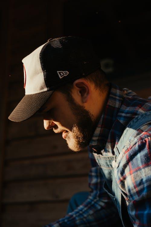 Бесплатное стоковое фото с бородатый мужчина, двор фермы, деревенский