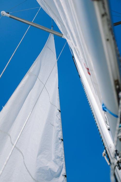 Têxtil Branco Sob O Céu Azul