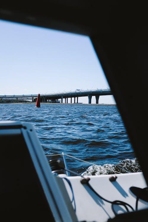 海に架かる赤い橋
