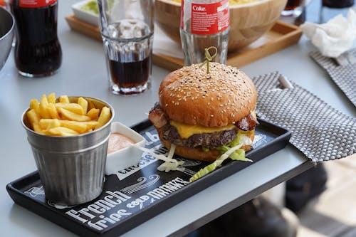 Kostenloses Stock Foto zu essen und trinken, pommes frittes, rindfleischburger