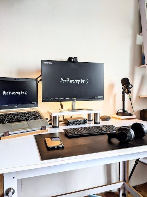 Δωρεάν στοκ φωτογραφιών με laptop, ακουστικά, γραφείο, γραφείο στο σπίτι
