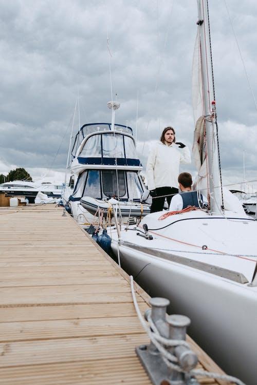 Leute In Der Weißen Yacht Am Seedock