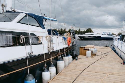 Weißes Und Blaues Boot Am Dock