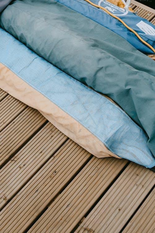 Blaues Und Weißes Textil Auf Braunem Holzboden