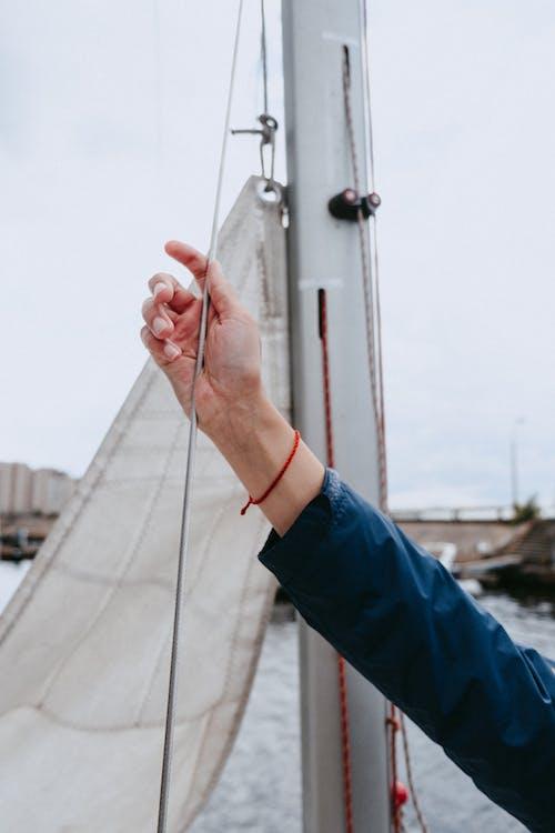 Person Im Blauen Langarmhemd, Das Weißes Boot Hält