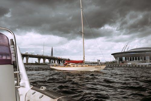 Perahu Putih Dan Coklat Di Laut Di Bawah Langit Kelabu