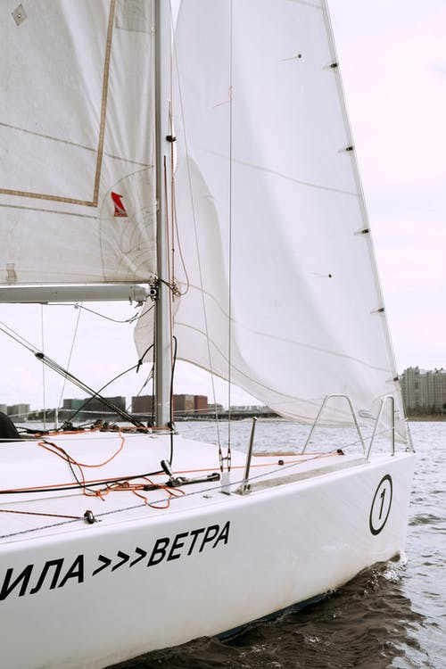 Perahu Layar Putih Di Perairan