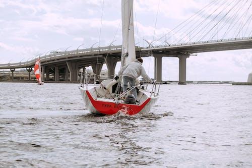 Weißes Und Rotes Boot Auf See Unter Weißem Himmel