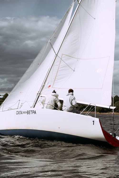 Mann Im Weißen Hemd, Das Auf Weißem Segelboot Sitzt