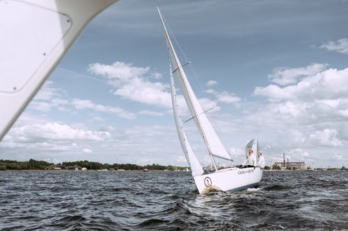Weißes Segelboot Auf See Unter Blauem Himmel Und Weißen Wolken