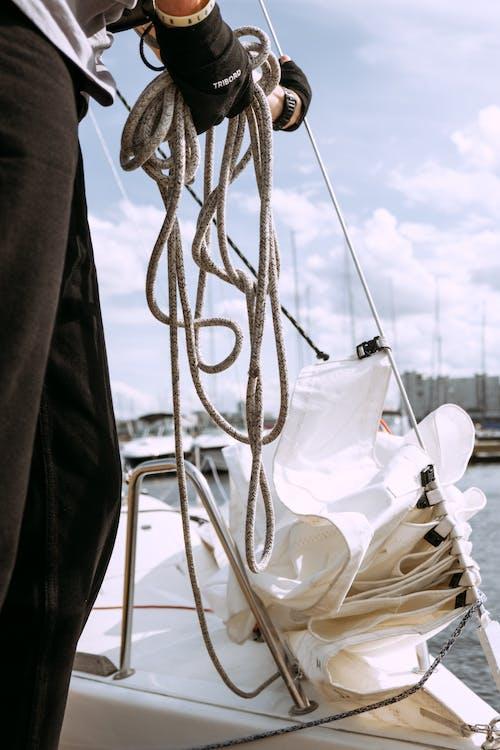 Weißes Und Braunes Boot Auf See