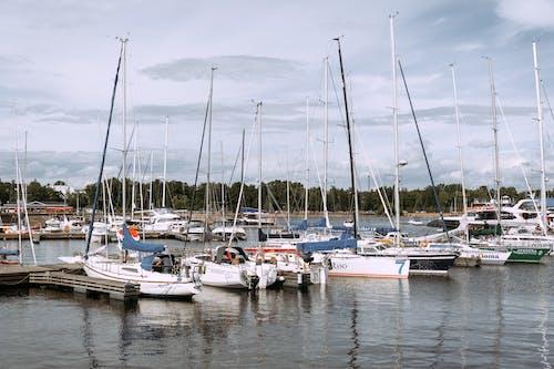 Weiße Und Blaue Boote Auf See