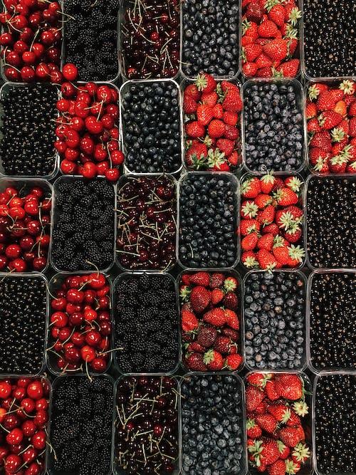 Rote Und Schwarze Beeren Auf Schwarzem Plastikbehälter