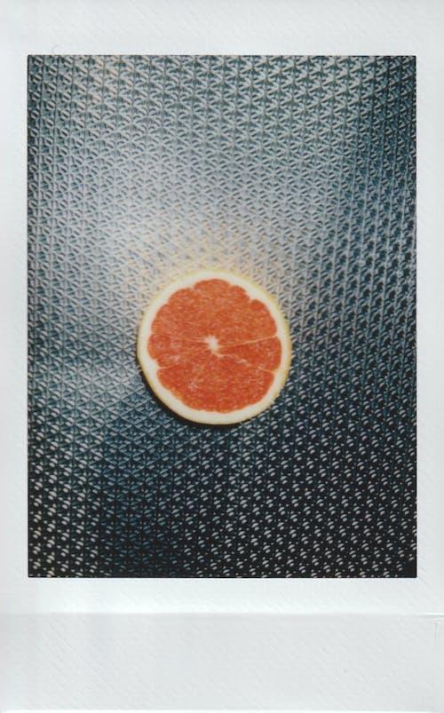 Kostenloses Stock Foto zu frucht, grapefruit, instax, metalloberfläche