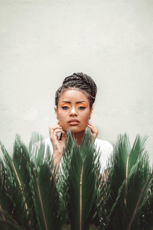Zwarte Vrouw Stond In De Buurt Van Groene Plant