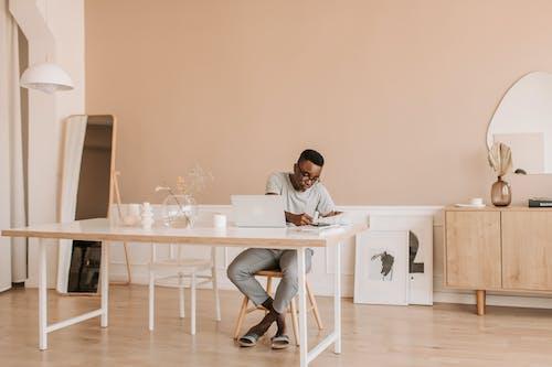 Darmowe zdjęcie z galerii z apartament, biurko, czarnoskóry, dom