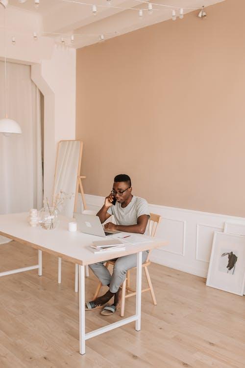 Darmowe zdjęcie z galerii z apartament, czarnoskóry, dom, drewno