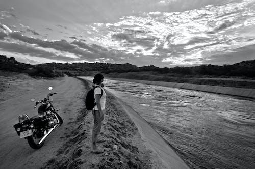 Immagine gratuita di assolo, bianco e nero, ciclo, ciclo del motore