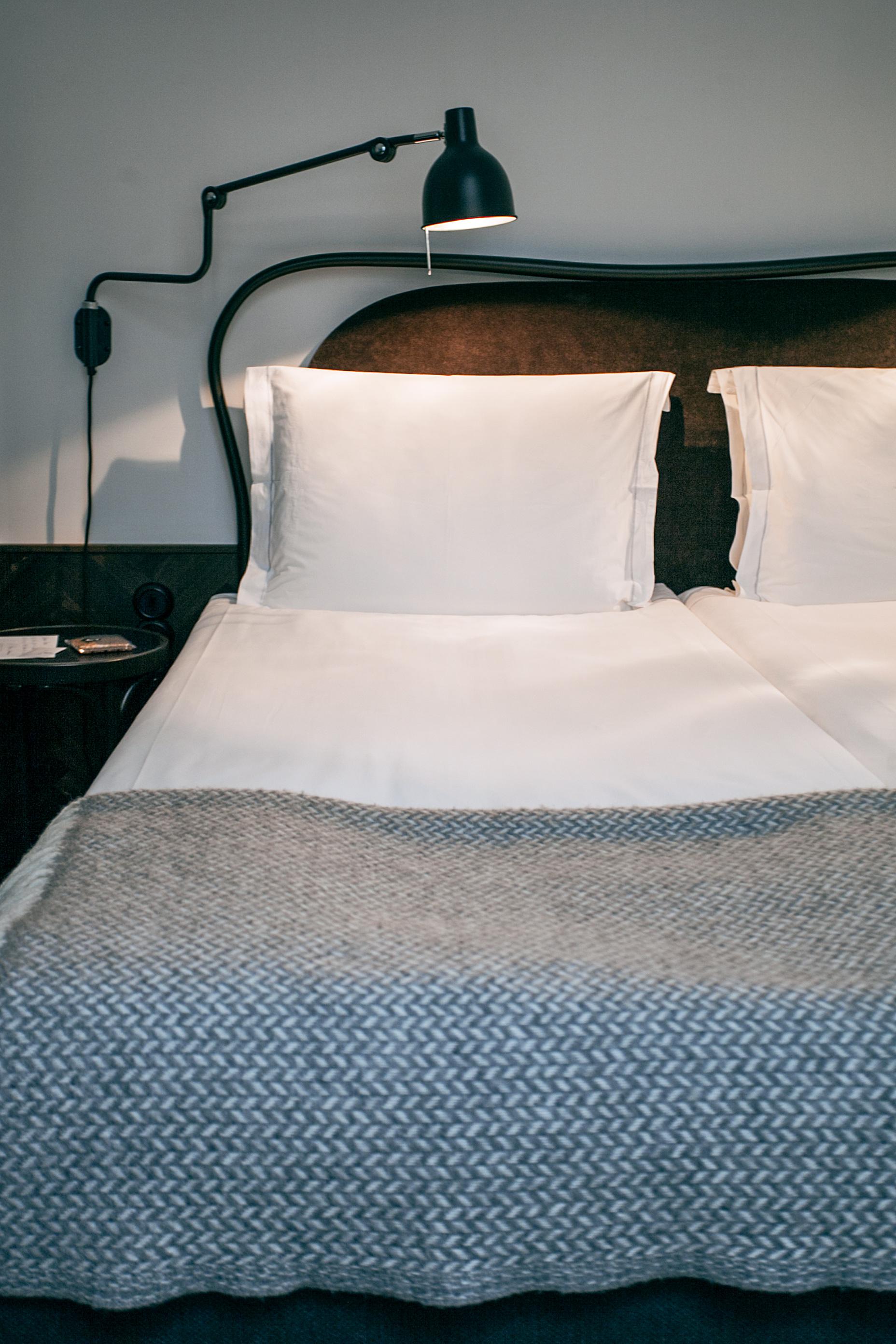 żarówka LED GU10 zamontowana w lampie przy łóżku