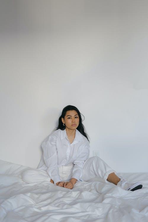 Jovem Asiática Calma Descansando Em Uma Cama Macia
