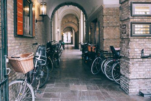 Gewelfde Doorgang Met Geparkeerde Fietsen In De Stad