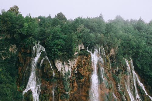 Ravin Rocheux Avec Cascade Rapide Sous Un Ciel Couvert