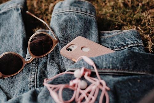 Foto d'estoc gratuïta de auriculars, bossa, calçat, caure