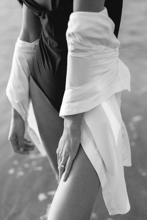 Beyaz Elbiseli Kadın