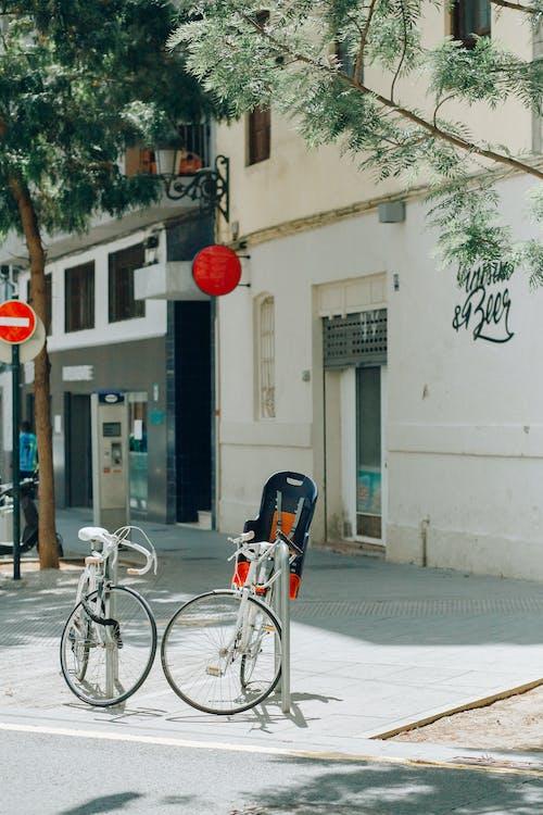 Бесплатное стоковое фото с велосипед, Велосипеды, вертикальный выстрел