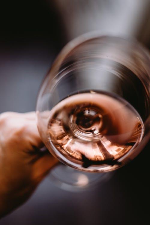 Crop Personne Méconnaissable Tenant Un Verre De Vin Rosé