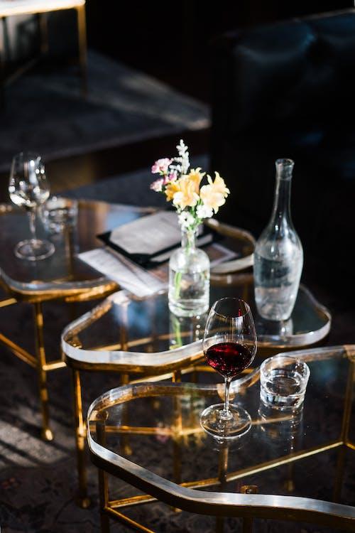 Glas Rotwein Auf Kreativen Glastisch Gestellt