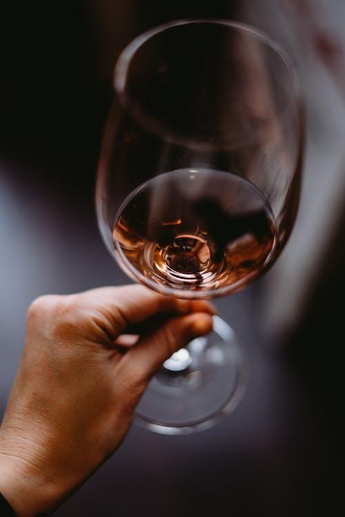 Colher Pessoa Irreconhecível Saboreando Vinho Rosado