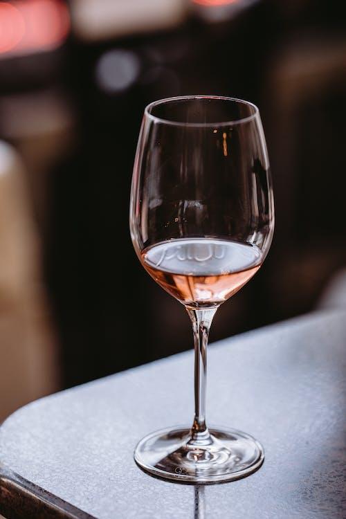 Glas Feiner Roséwein Auf Dem Tisch
