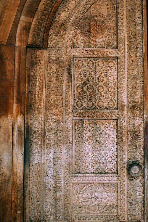 銀のドアレバーが付いている茶色の木製のドア