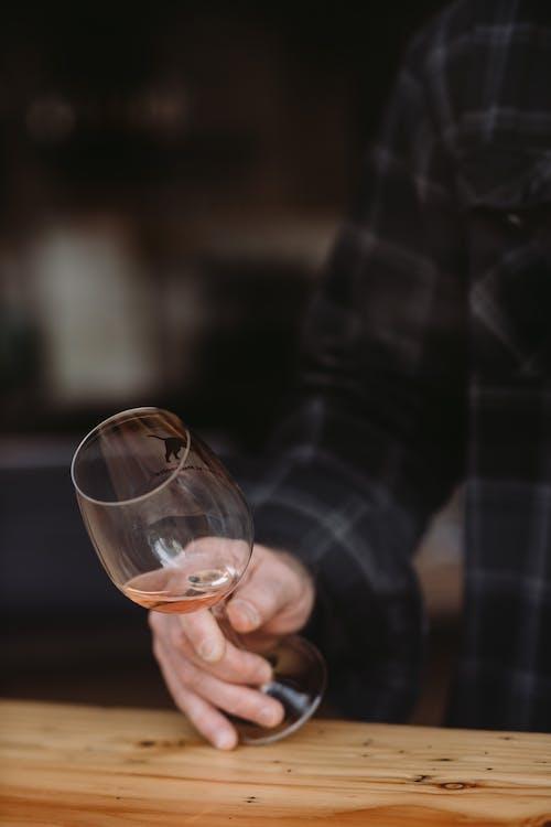 Pessoa Segurando Um Copo De Bebida Transparente