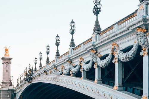 Weiße Und Schwarze Betonbrücke