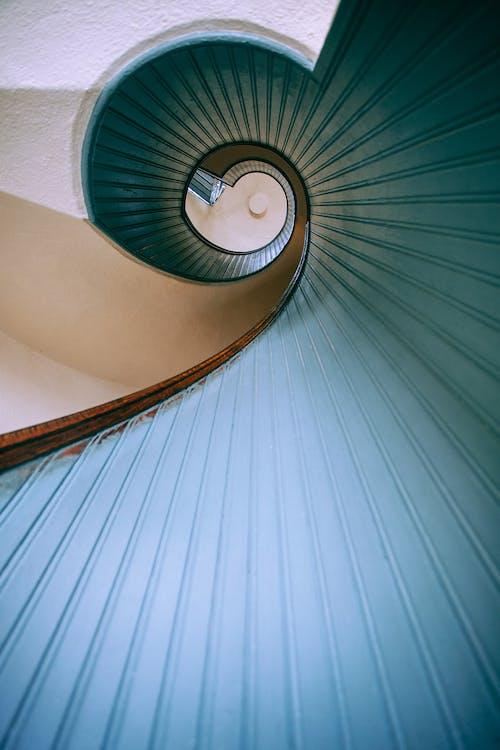 Escalera De Caracol Con Barandillas De Hormigón Azul