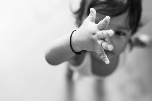 Gratis lagerfoto af baby, babyens hånd, bnw, Dreng