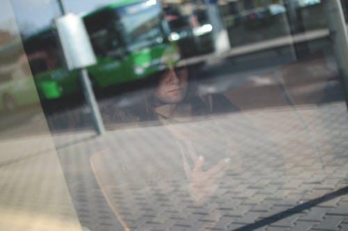 Gratis lagerfoto af indenfor, kvinde, person, smartphone